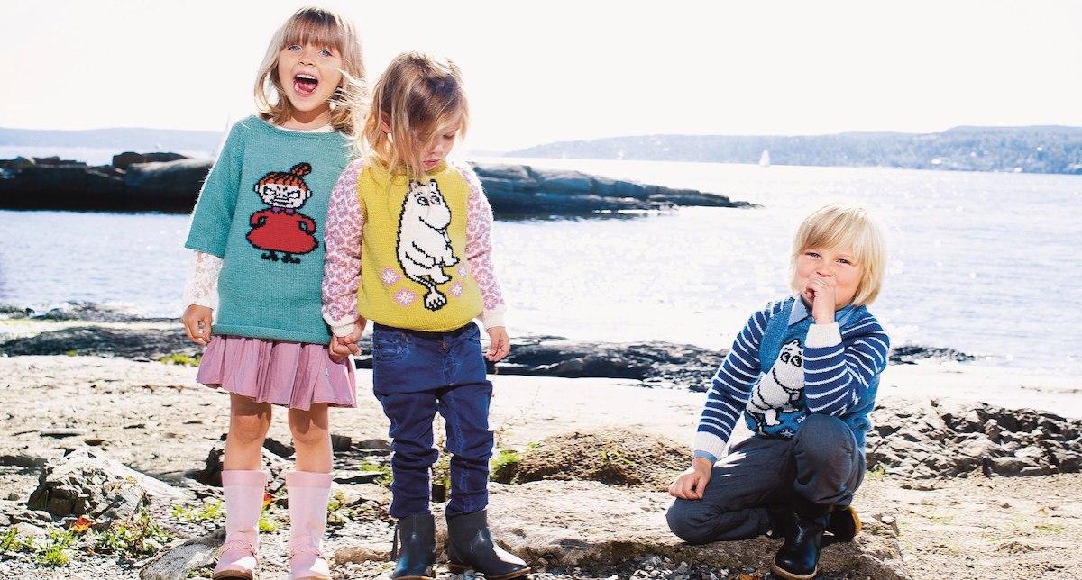 Три ребенка, стоящие возле водоема