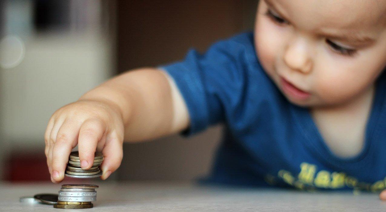 Ребенок, играющий с монетами
