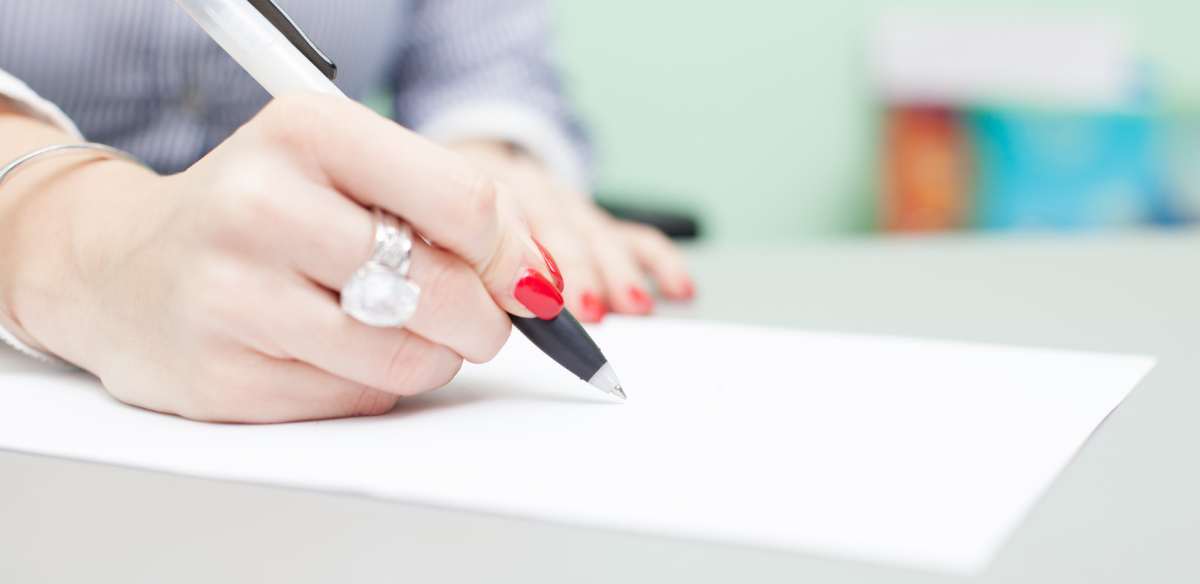 Женская рука, держащая ручку